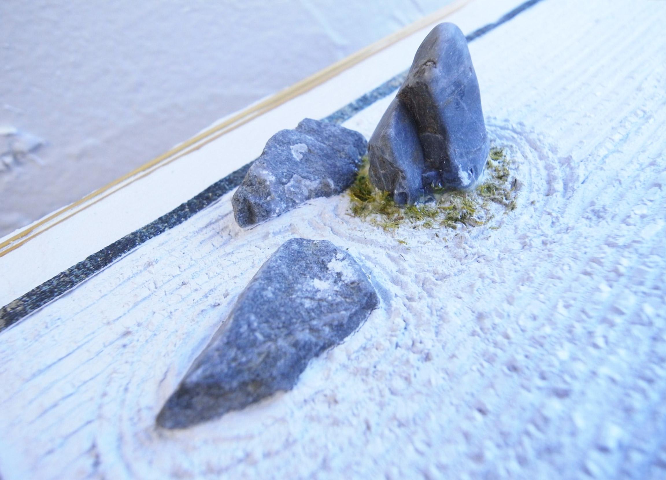 弐のツボ立てる石に永遠の時間を感じる
