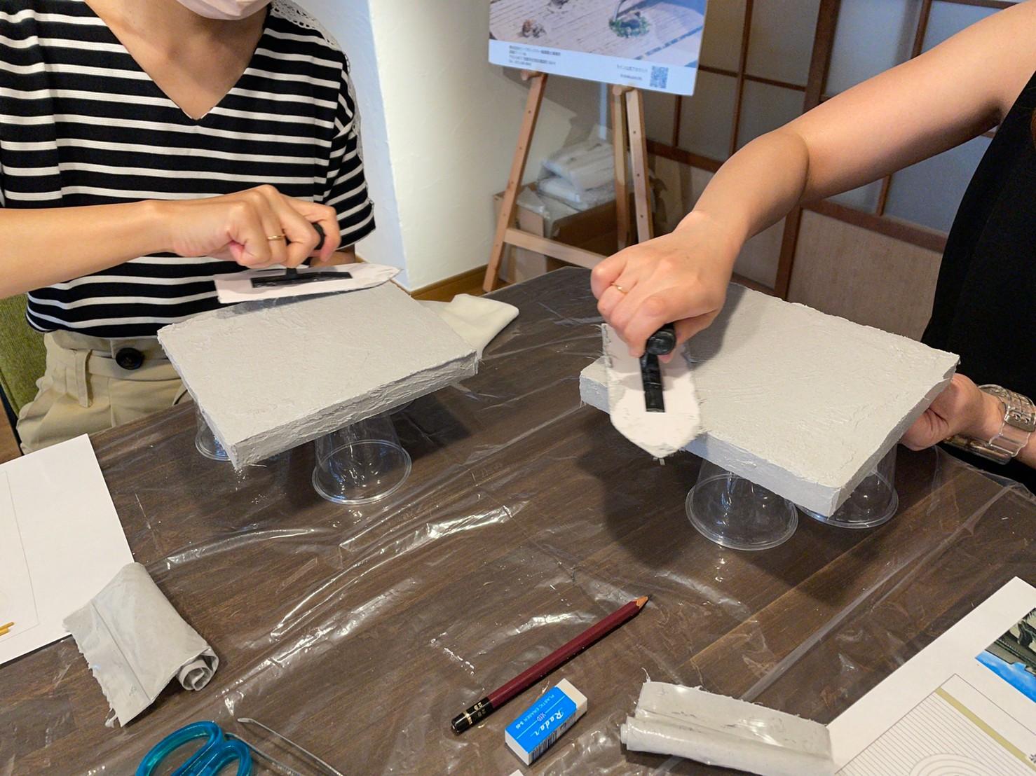 実際に左官職人が扱うコテを使って漆喰を塗ります。塗っている時は職人気分♪